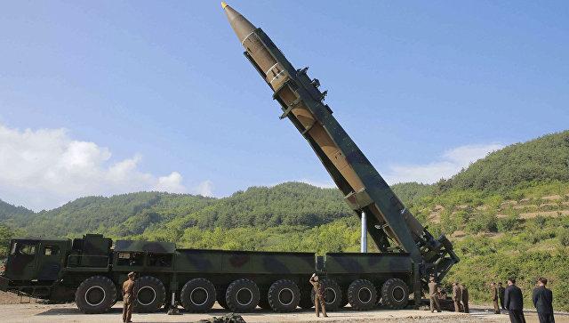 Лидер КНДР Ким Чен Ын осматривает ракету Хвасон-14 перед испытаниями. Архивное фото