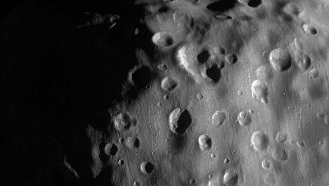 Аппарат «Кассини» показал «спину» самой странной луны Сатурна