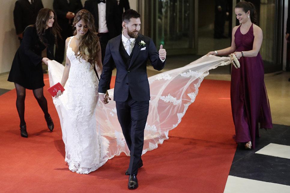Аргентинский футболист Лионель Месси сочетался браком со своей подругой детства Антонеллой Рокуццо в их родном городе Росарио