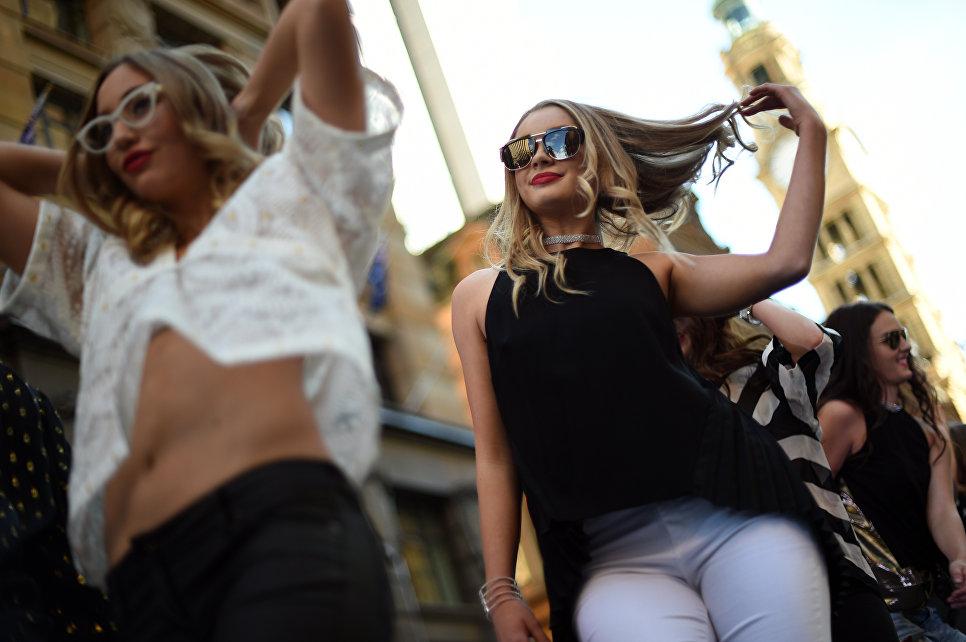 Девушки в Центральном деловом районе Сиднея