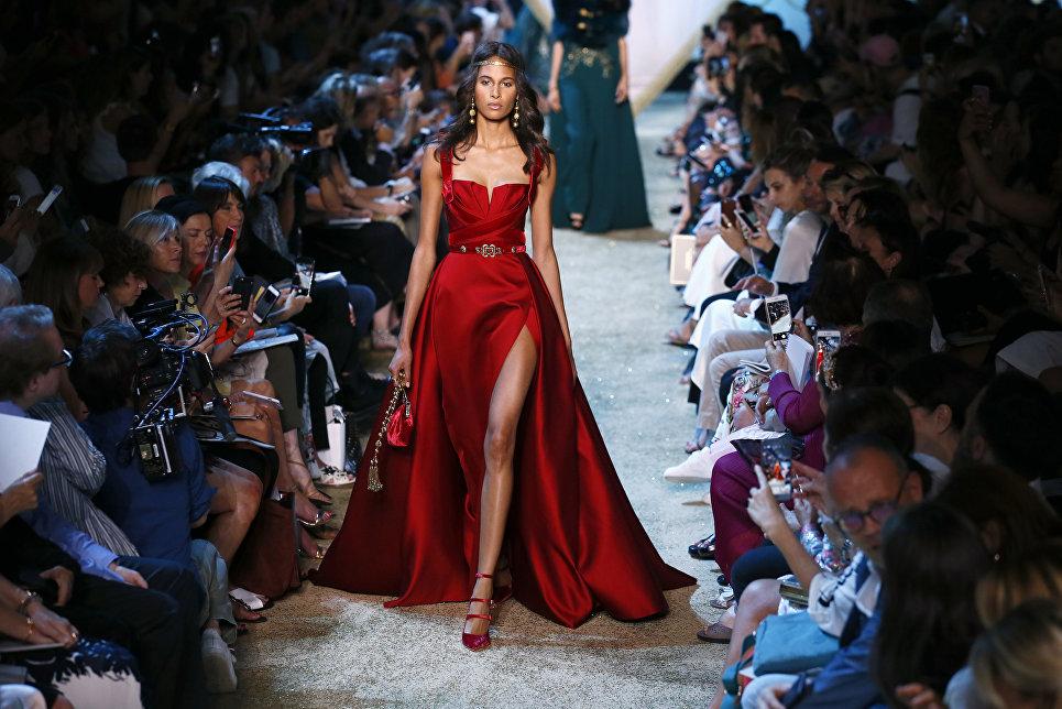 Модель во время показа коллекции Elie Saab на Неделе моды в Париже