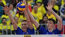 Волейболисты сборной России Дмитрий Ковалев и Ильяс Куркаев в матче против сборной Бразилии. 6 июля 2017