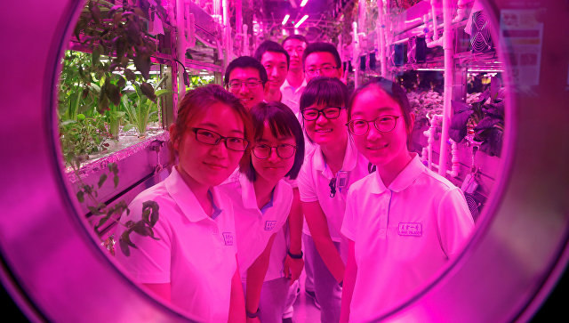 Волонтеры в специализированной лаборатории Юэгун (Лунный дворец) в Пекине. 9 июля 2017