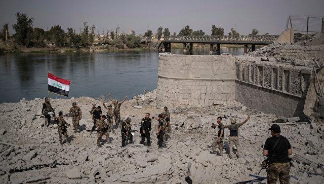Иракские солдаты  на берегу реки Тигр в Мосуле. Архивное фото