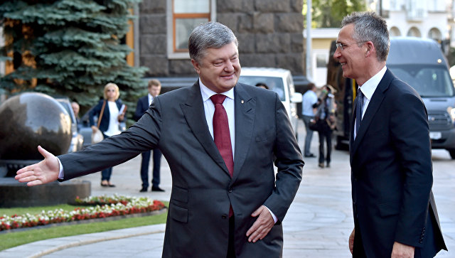 Президент Украины Петр Порошенко и генсек НАТО Йенс Столтенберг во время встречи в Киеве. 10 июля 2017. Архивное фото