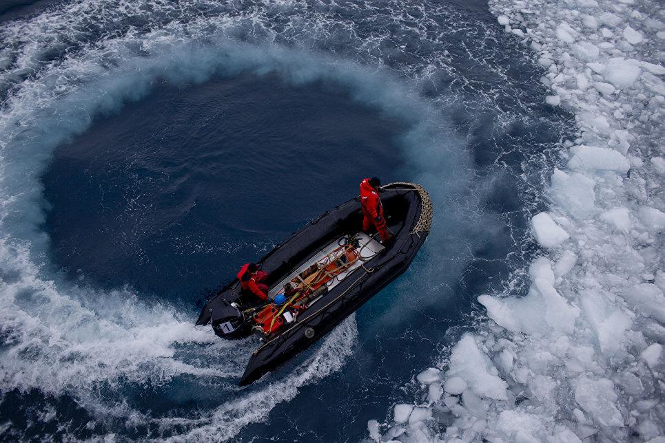 Офицеры военно-морских сил Чили приближаются к кораблю, чтобы вывезти ученых на научную станцию Бернардо О'Хиггинс, Антарктида