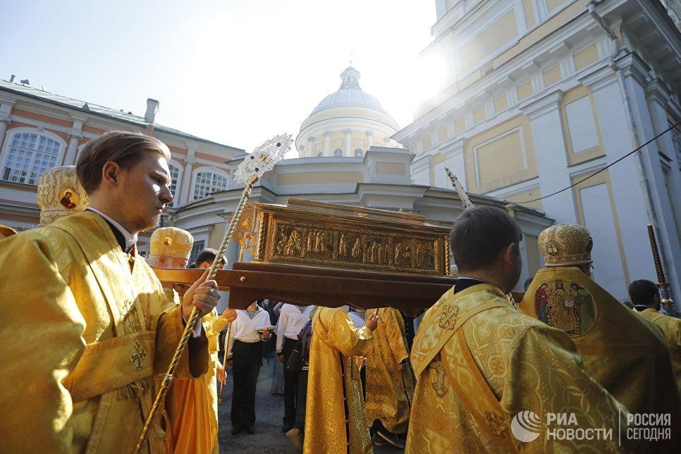 Священнослужители несут ковчег с мощами святителя Николая Чудотворца в Свято-Троицкий собор Александро-Невской лавры