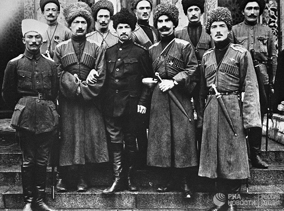 Офицеры Дикой дивизии генерала Корнилова. Это одно из соединений русской императорской армии на 90 % состоящее из добровольцев-мусульман — уроженцев Северного Кавказа и Закавказья, которые, не подлежали призыву на военную службу. Многие представители русского дворянства служили в дивизии офицерами.