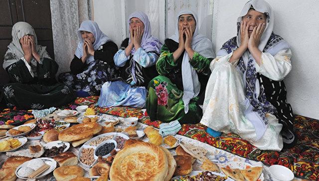 Мусульманки за трапезой.