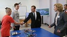 Председатель правительства РФ Дмитрий Медведев во время посещения средней школы № 36 в Великом Новгороде. 18 июля 2017