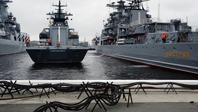 Швартовка корвета проекта 20380 Совершенный в порту Владивостока. Архивное фото