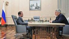 Дмитрий Медведев и временно исполняющий обязанности главы Республики Карелия Артур Парфенчиков (справа) во время встречи. 20 июля 2017