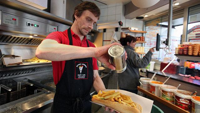 Приготовление картофеля фри в закусочной в Брюсселе