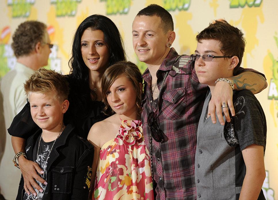 Участник американской группы Linkin Park Честер Беннингтон с семьей