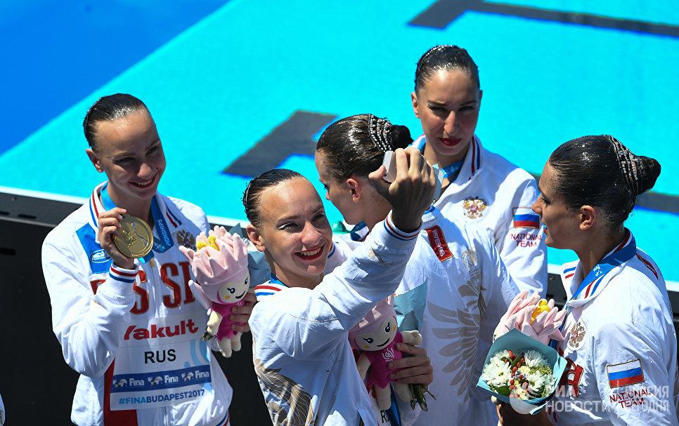Спортсменки сборной России, завоевавшие золотые медали в групповых соревнованиях по синхронному плаванию на чемпионате мира FINA 2017