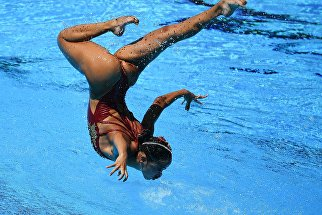 Юми Адачи и Ацуси Абе (Япония) выступают с технической программой в финальных соревнованиях по синхронному плаванию среди смешанных дуэтов на чемпионате мира FINA 2017