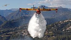 Пожарный самолет на лесом в Карросе во Франции. 24 июля 2017