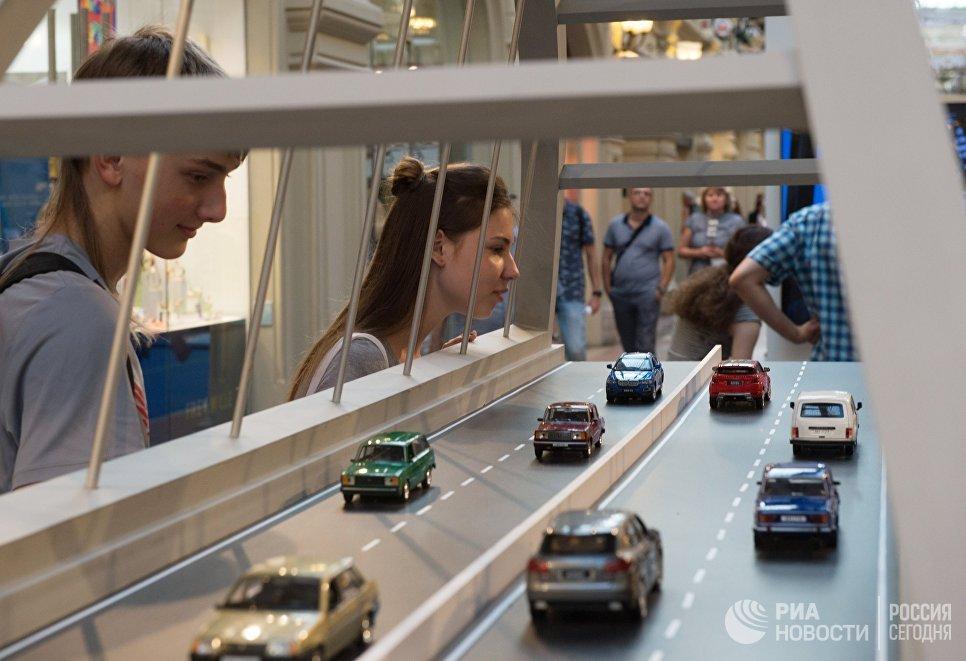 Экспозиция выставки, посвященной строящемуся мосту через Керченский пролив, в московском ГУМе на Красной площади. 27 июля 2017
