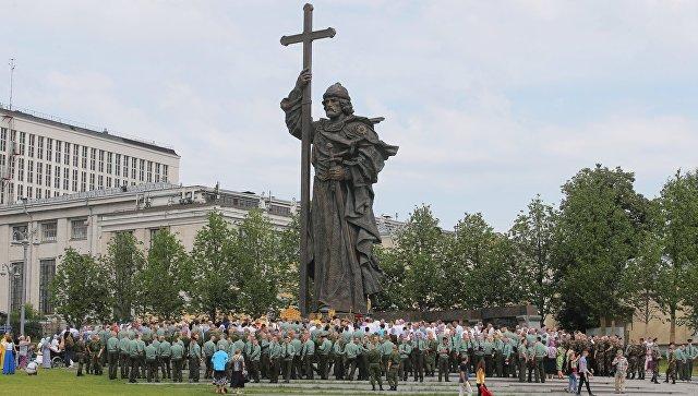 Участники крестного хода в Москве к памятнику князя Владимира в День крещения Руси. 28 июля 2017