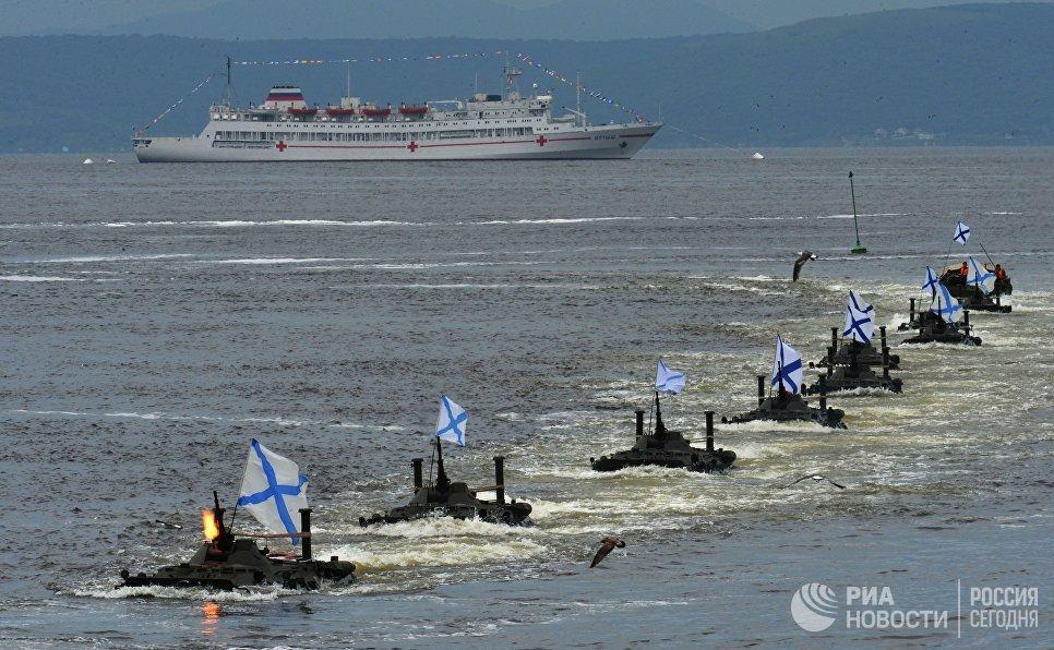 Высадка морского десанта на БТР-80 во время парада кораблей по случаю празднования Дня Военно-морского флота России во Владивостоке. 30 июля 2017
