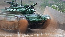 Участники индивидуальной гонки соревнований по танковому биатлону команды министерства обороны Белоруссии Армейских международных Игр-2017 на подмосковном полигоне Алабино. 30 июля 2017