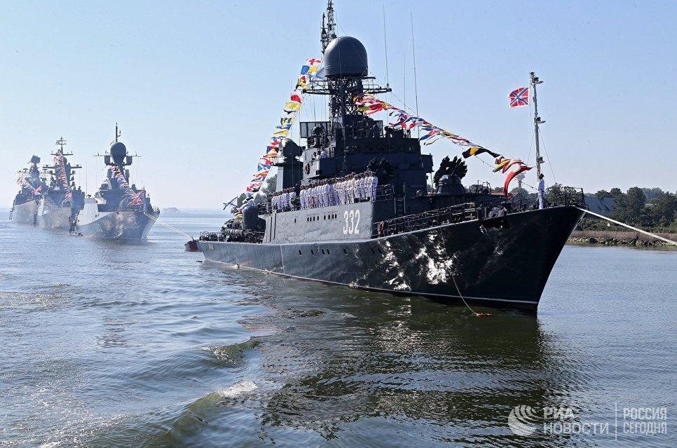 Малый противолодочный корабль Калмыкия Балтийского флота в парадном строю во время морского парада в День Военно-морского флота в Балтийске