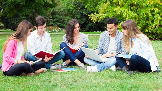 Студенты во время отдыха. Архивное фото