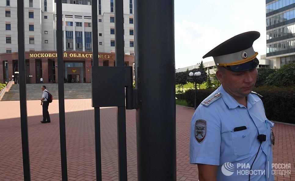 Струдник полиции у здания Московского областного суда, в котором произошла перестрелка. 1 августа 2017