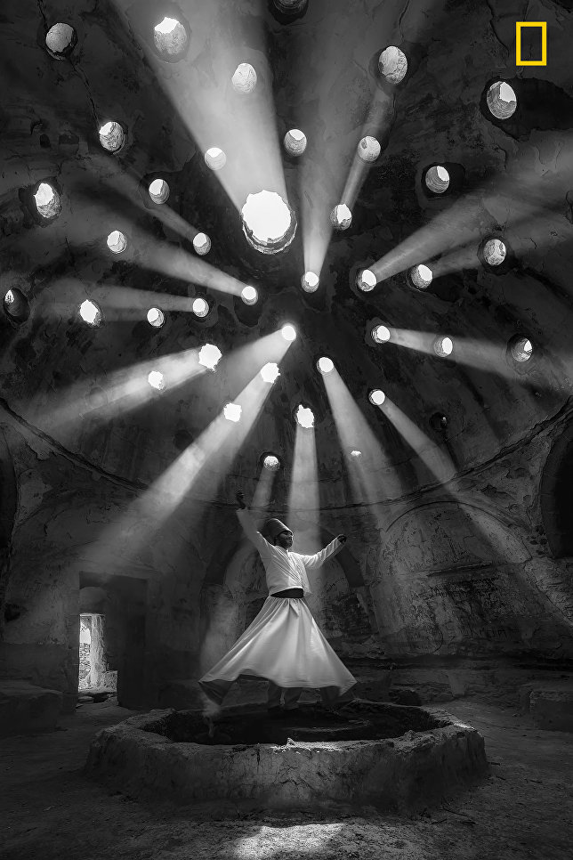 Работа фотографа F. Dilek Uyar Worship, занявшая 1-е место в категории Люди в фотоконкурсе 2017 National Geographic Travel Photographer of the Year