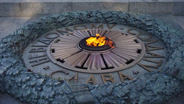 Вечный огонь на могиле Неизвестного Солдата в парке Славы в Киеве. Архивное фото