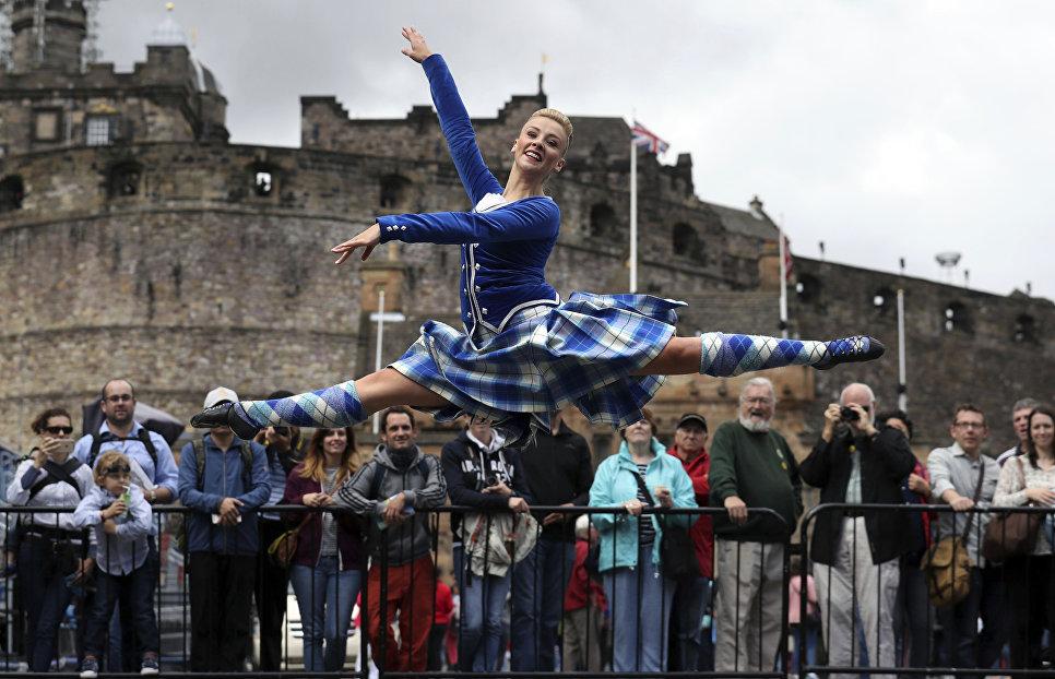 Elayne Seaton во время исполнения традиционного шотландского танца Хайланж в Эдинбурге