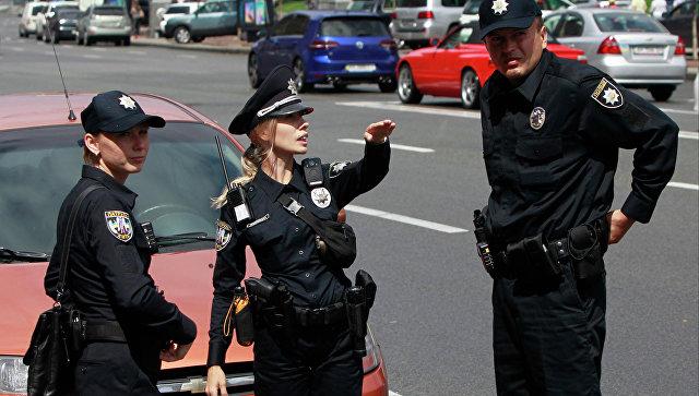 Сотрудники патрульной полиции Украины во время работы в Киеве. Архивное фото
