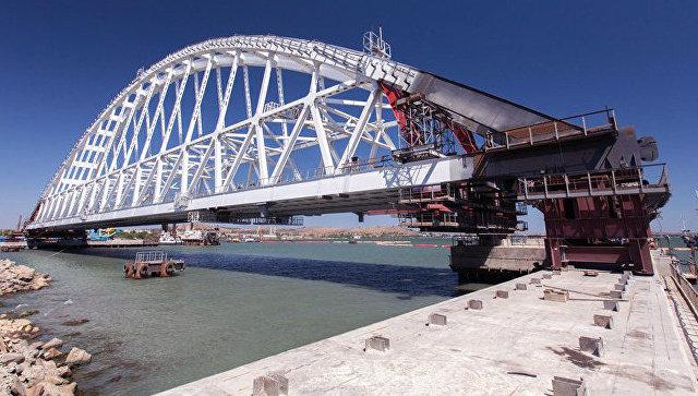 Снятие со стапеля железнодорожного арочного пролета Крымского моста. 5 августа 2017. Архивное фото