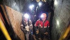 Отряд горноспасателей спускается в шахту Мир. 5 августа 2017