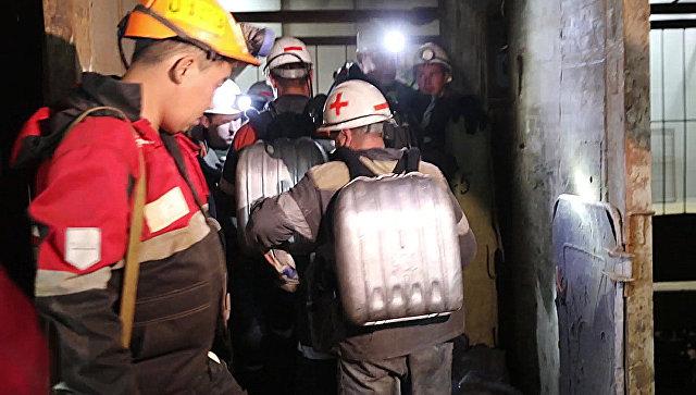 Отряд горноспасателей спускается в шахту Мир