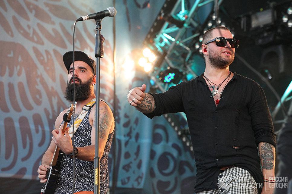 Вокалист группы Градусы Роман Пашков и гитарист коллектива на концерте во второй день музыкального фестиваля ZBFest