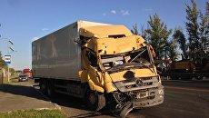 Автомобиль на месте обрушение пешеходного надземного моста на трассе М-7 Волга во Владимирской области. 6 августа 2017