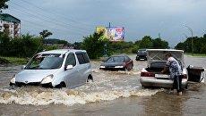 Автомобили на затопленной улице Уссурийска. 7 августа 2017