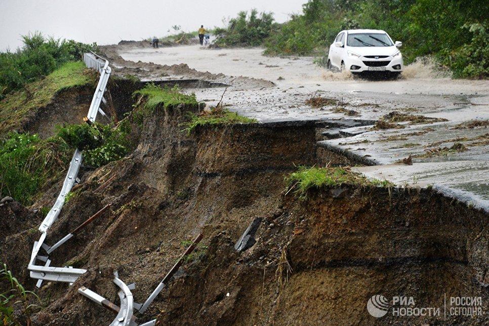 Разрушенное ливнями дорожное полотно на трассе Раздольное — Славянка. 7 августа 2017