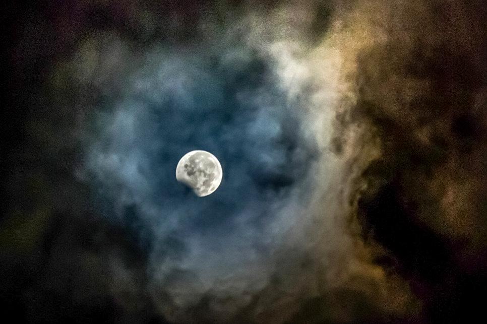 Частичное лунное затмение над провинцией Северная Суматра, Индонезия