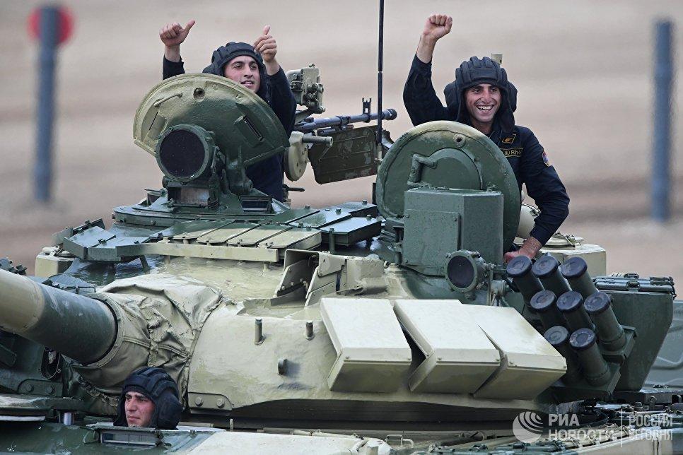 Участники индивидуальной гонки соревнований по танковому биатлону команды армии Армении Армейских международных Игр-2017 на подмосковном полигоне Алабино
