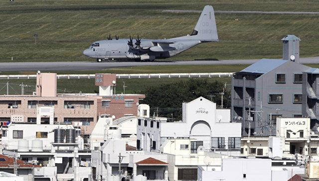 Военный грузовой самолет США на острове Окинава, Япония. Архивное фото