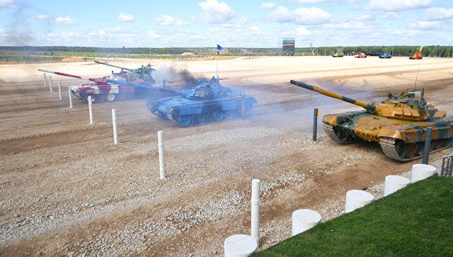 Танковые экипажи перед началом полуфинальной эстафеты в соревнованиях по танковому биатлону Армейских международных Игр-2017 на подмосковном полигоне Алабино