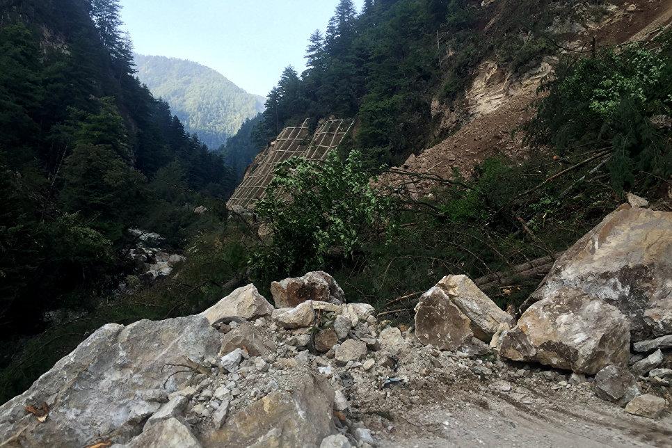 Поврежденная в результате землетрясения дорога в китайской провинции Сычуань