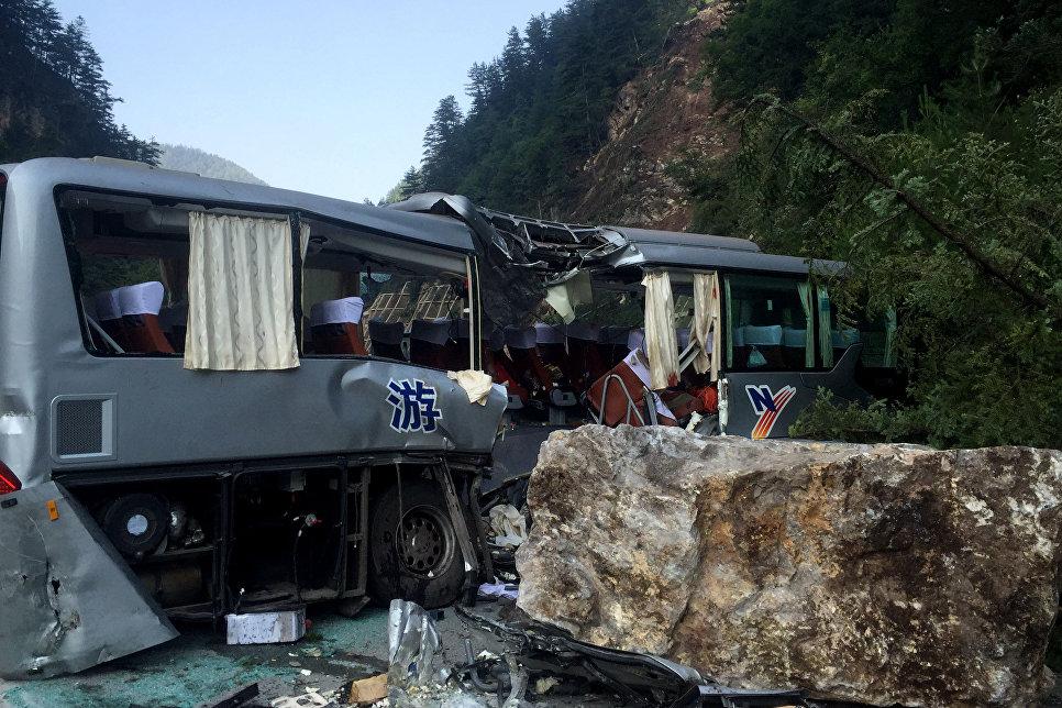 Туристический автобус, поврежденный во время землетрясения в китайской провинции Сычуань