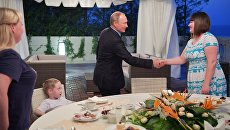 Президент РФ Владимир Путин во время встречи с семьей жительницы Ижевска Анастасии Вотинцевой в Сочи. 8 августа 2017
