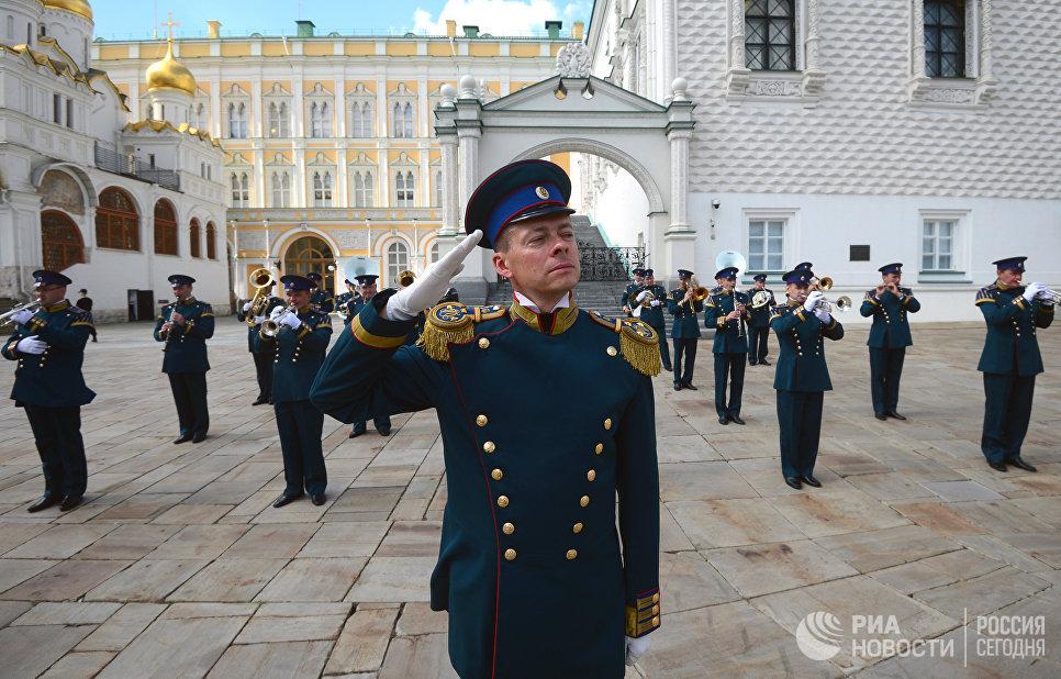 Дирижер Президентского оркестра Евгений Никитин во время развода конного караула, в рамках подготовки к фестивалю Спасская башня