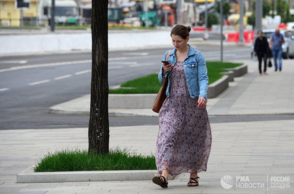 Девушка идет по улице Коровий вал в Москве