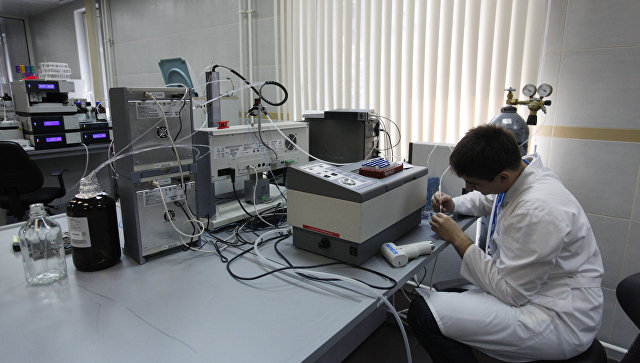 Сотрудник лаборатории во время работы в антидопинговом центре (АДЦ), получившем аккредитацию Всемирного антидопингового агентства (WADA), в Москве. Архивное фото