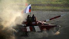 Танк команды армии России в финальной эстафете на соревнованиях по танковому биатлону. 12 августа 2017